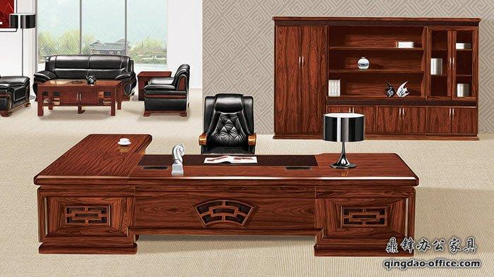 青岛办公家具 上图是李沧区金水路富士电梯总裁办公室的老板桌,仿红木色,酸枝色,大木皮花纹,大气古色古香!实木贴皮,一级中纤板,这种传统式老板桌沉稳大气,是很多领导的首选!板式主管桌虽然简洁,但是很多时候有些单位的性质必须用这种沉稳深沉的传统家具才行!最后一张图是财务室的办公桌,一米六尺寸颜色和款式都比较新颖!不是过于传统!有点仿古的气质!桌面厚度为6公分!抽屉滑轨为铜质三阶滑轨,无声滑道!第一张图片这种酸枝色大花纹的颜色,必须和配套的书柜组合在一起才足够彰显霸气!左边的两门是挂衣服的衣柜!中间是古